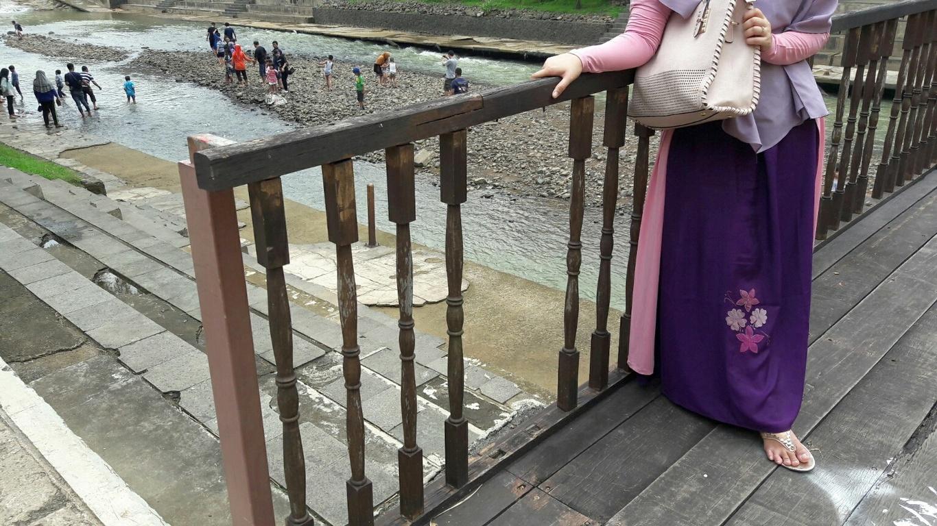 Perhatikan lebih dekat, lubang pada pagar pembatas bisa dengan mudah menyebabkan anak terjatuh jika tidak diawasi dengan baik.