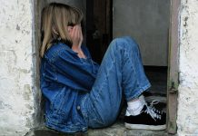 https://pixabay.com/en/child-sitting-jeans-in-the-door-cry-1816400/