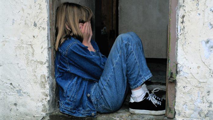 https://pixabay.com/en/child-sitting-jeans-in-the-door-cry-1816400/
